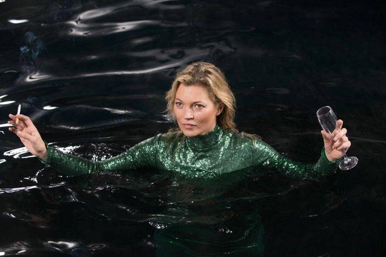Kate Moss bañándose en el Río Támesis