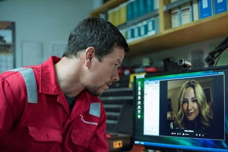 Mark Wahlberg hablando con su mujer, Kate Hudson