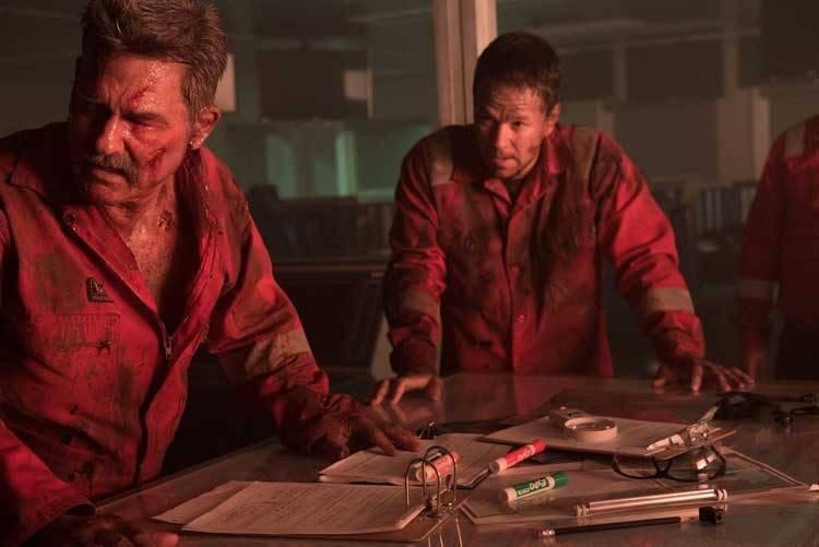 Kurt Russell y Mark Wahlberg planeando la huida de la explosión