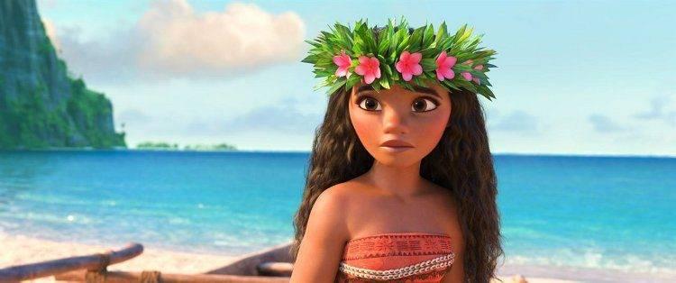 Vaiana en su isla con la corona de flores típica.