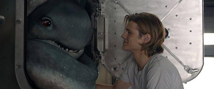 Lucas Till hablando con su monstruo