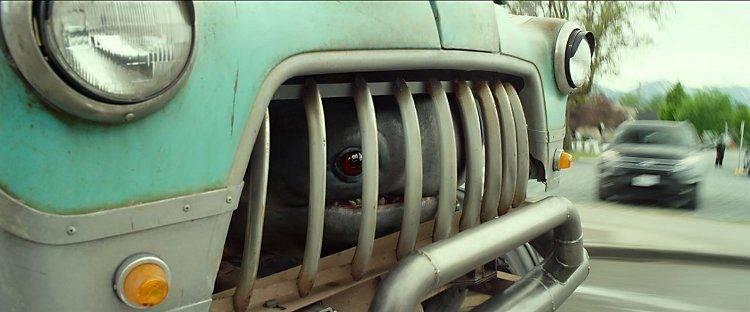 El pequeño monstruito escondido en la camioneta