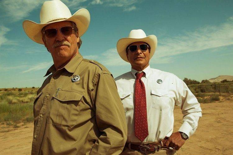 Jeff Bridges, representando un viejo y sarcástico Sherif y Gil Birmingham, su compañero.