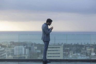 Mario Casas fumando sobre la azotea de un edificio