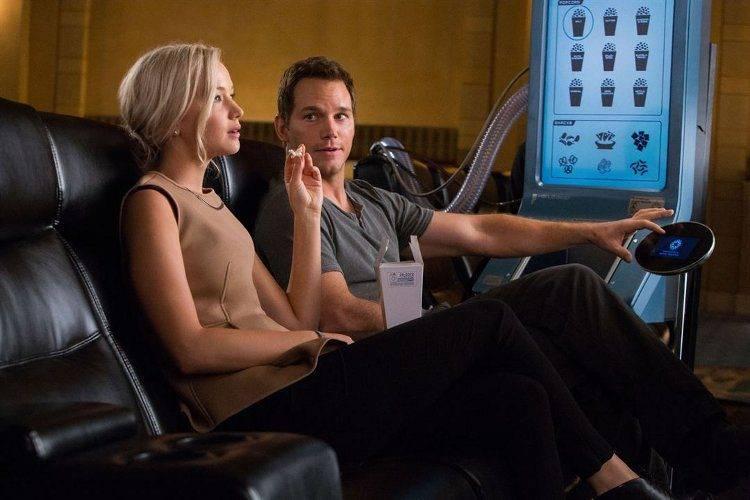 Chris Pratt y Jennifer Lawrence comiendo palomitas en el espacio