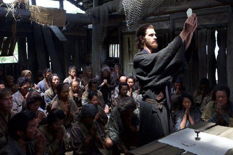 Andrew Garfield como el padre Garrpe