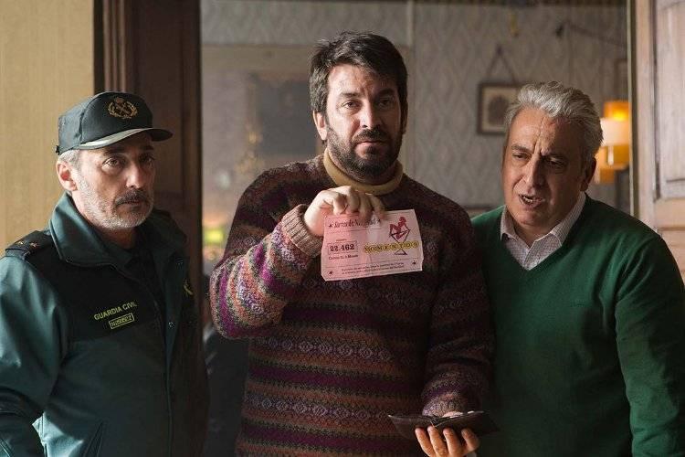 Arturo Valls, Javier Coll y Leo Harlem posando con el décimo de lotería premiado