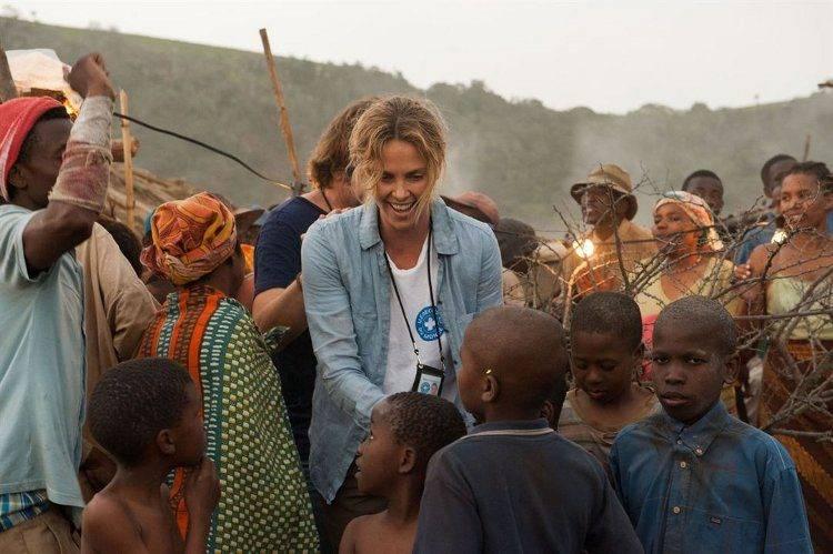 Charlize Theron rodeada de niños