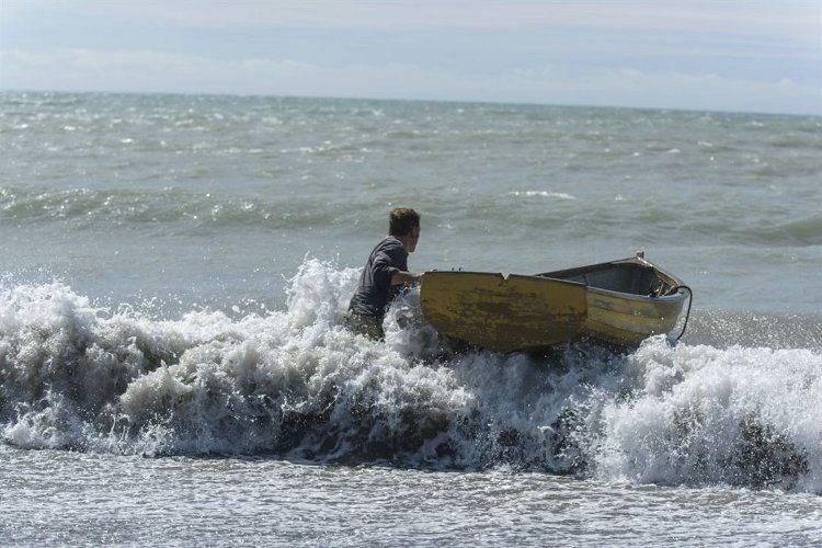 Michael Fassbender rescatando una barca