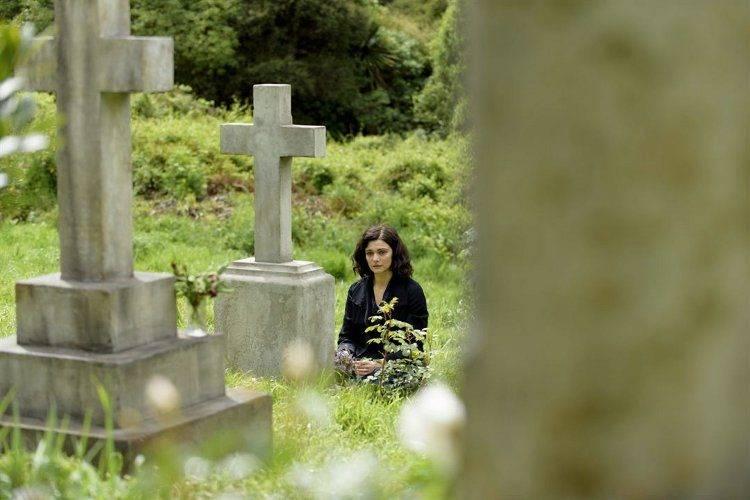 Rachel Weisz rezando ante una tumba