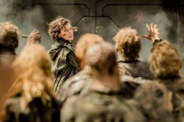 Milla Jovovich rodeada de zombis
