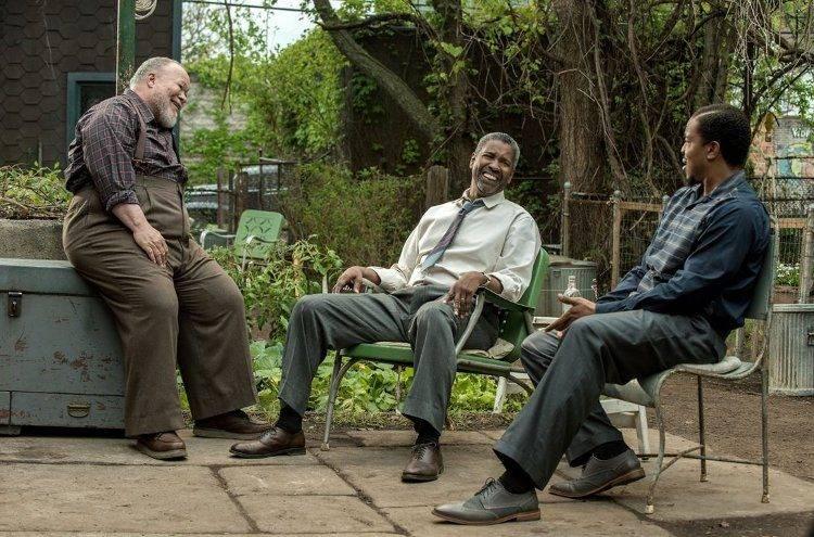 Denzel Washington, Russell Hornsby y Stephen Henderson en una escena de Fences