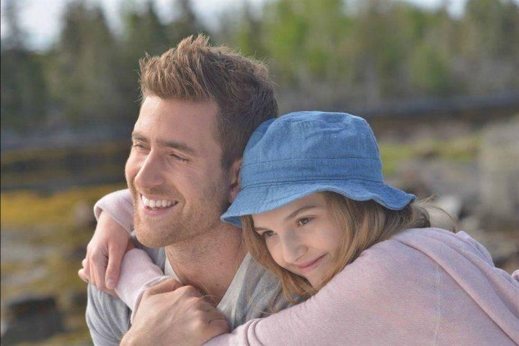 Oliver Jackson-Cohenes el curandero y Kaitlyn Bernard una niña con cáncer