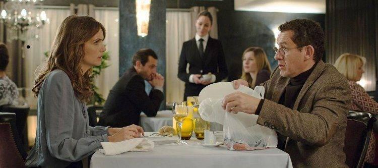 Dany Boon y Laurence Arné intentando comer en un restaurante