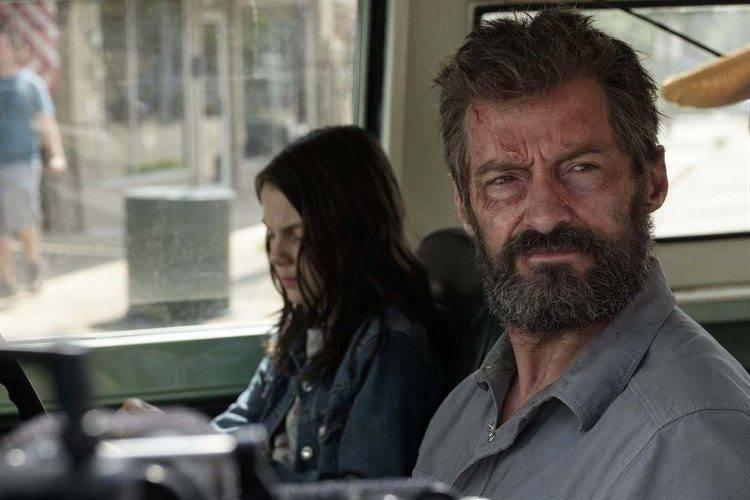 Dafne Keen y Hugh Jackman en una escena de Logan