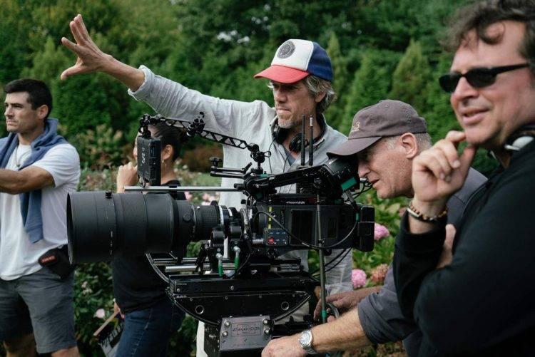 Stephen Gaghan retratado en una foto del rodaje de Gold