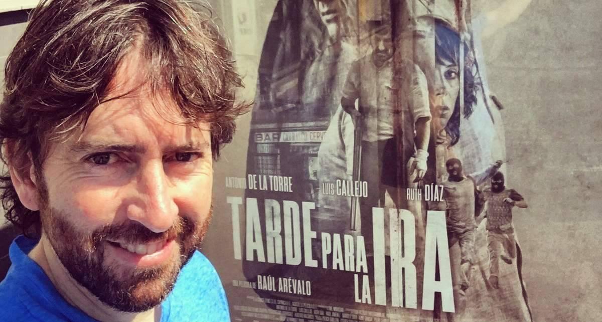 Daniel Sánchez Arévalo posa delante del cartel de la película dirigida por su primo Raúl Sánchez Arévalo