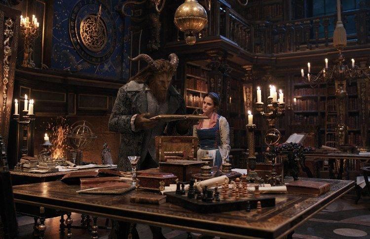 Bella y Bestia en la enorme biblioteca del castillo encantado