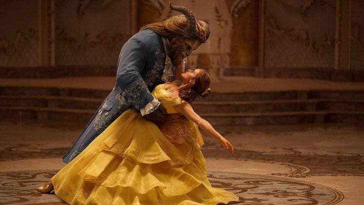 Emma Watson y Dan Stevens en el momentazo de la cinta, el baile de Bella y Bestia