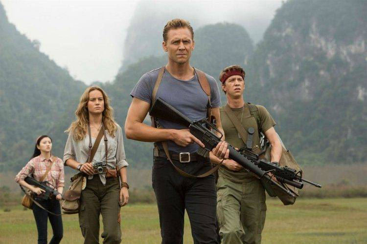 Brie Larson, Tom Hiddleston, Tian Jing y Thomas Mann enfrentándose a King Kong