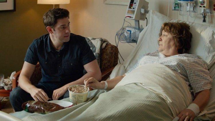 John Krasinski y Margo Martindale en una escena del hospital