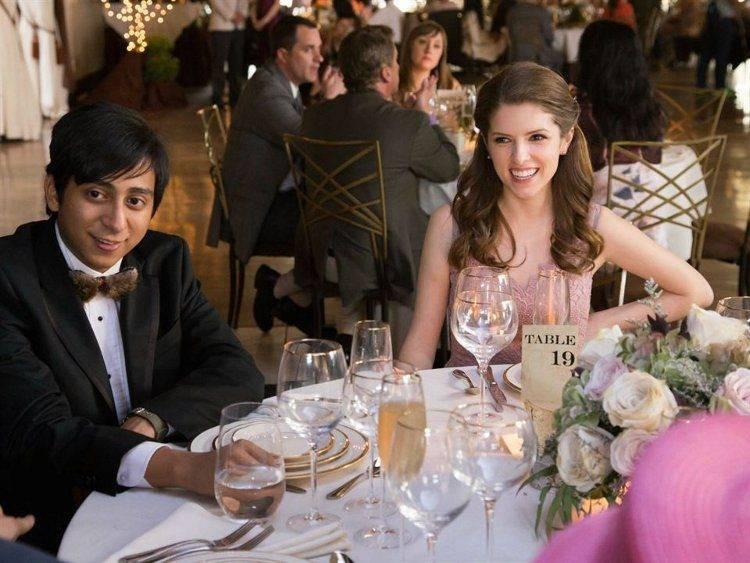 Anna Kendrick y Tony Revolori en plena boda