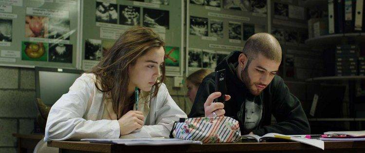 Garance Marillier y Rabah Naït Oufell en un fotograma de la película