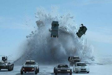 En la película llueven coches de las maneras más diversas.