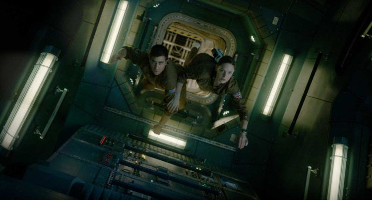 """Imagen de la película """"Life"""" en la que vemos a Jake Gyllenhaal junto a Rebeca Ferguson."""