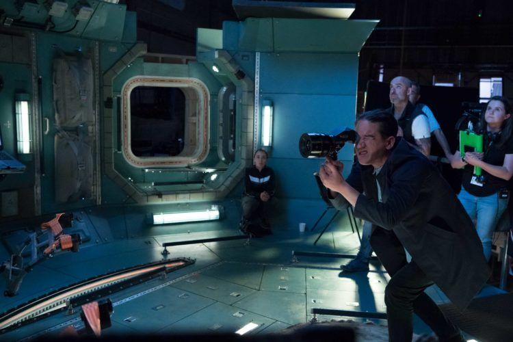 El director Daniel Espinosa visualizando el cuadro durante el rodaje de Life.