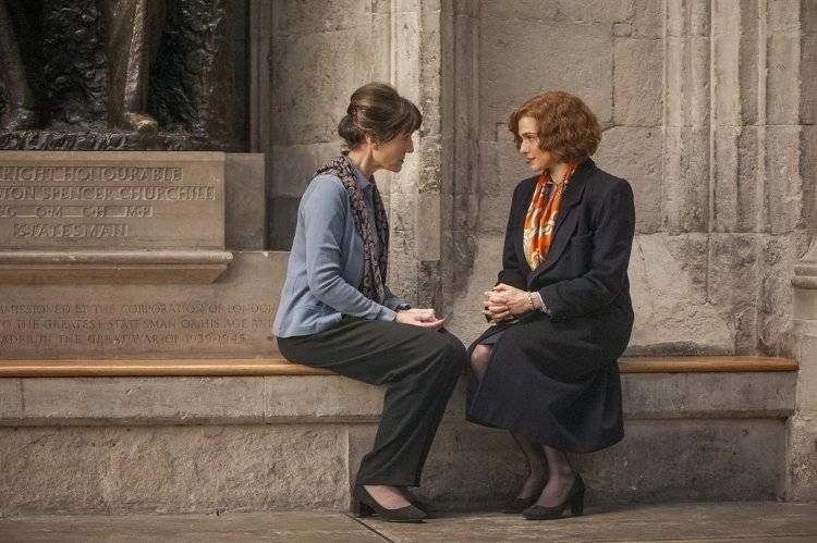 La historiadora estadounidense Deborah Lipstadt (Rachel Weisz) hablando con una superviviente del Holocausto