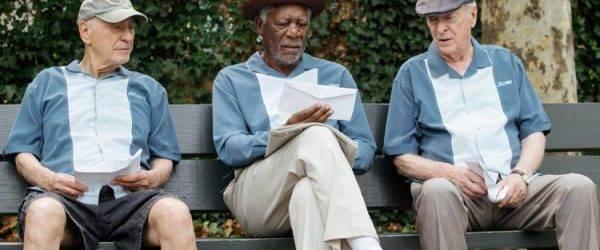 Alan Arkin, Michael Caine y Morgan Freeman planeando el atraco al banco