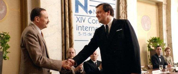 Charly Hübner y Josef Hader dándose la mano