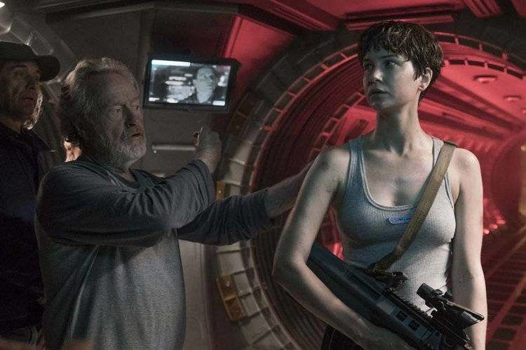 Ridley Scott dando indicaciones a su heroína, Katherine Waterston