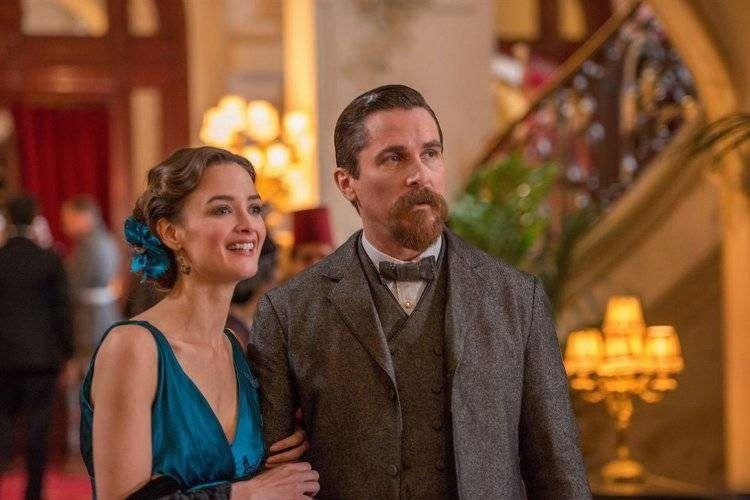 Charlotte Le Bon es Ana y Christian Bale es Chris Myers. El guión no esclarece bien la relación de estos personajes.
