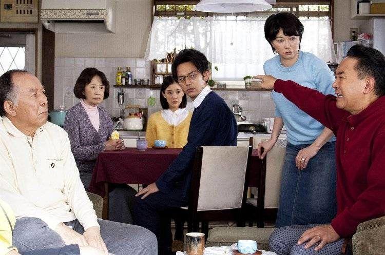 Isao Hashizume, Kazuko Yoshiyuki, Satoshi Tsumabuki y Yû Aoi son la familia protagonista