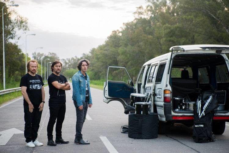 La banda de rock en su camioneta