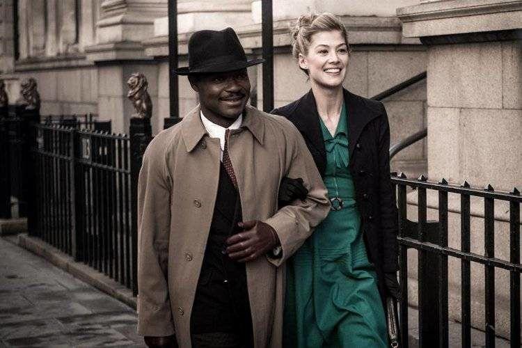"""David Oyelowo es Seretse Khama y Rosamund Pike interpreta a Ruth Williams en la película """"Un reino unido""""."""