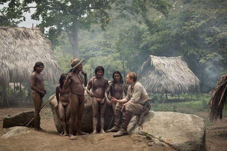 Charlie Hunnam con un grupo de indígenas