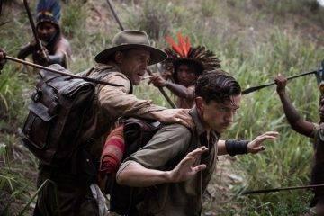 Charlie Hunnam y Tom Holland rodeados por los indios