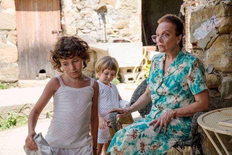 Isabel Rocatti y Laia Artigas en la típica escena familiar