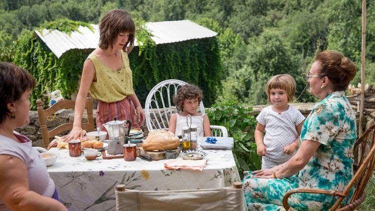 Laia Artigas y Bruna Cusí comiendo en el patio