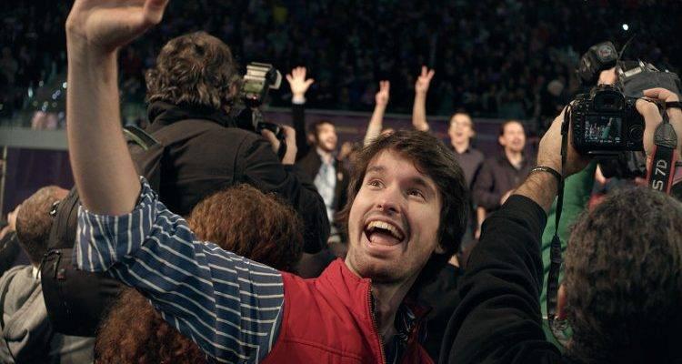 Santiago Alverú es Bosco, aquí haciéndose un selfie con Podemos