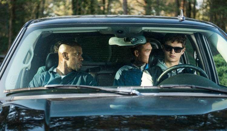 Ansel Elgort y Jamie Foxx esperando dentro del coche, el otro gran protagonista de la peli