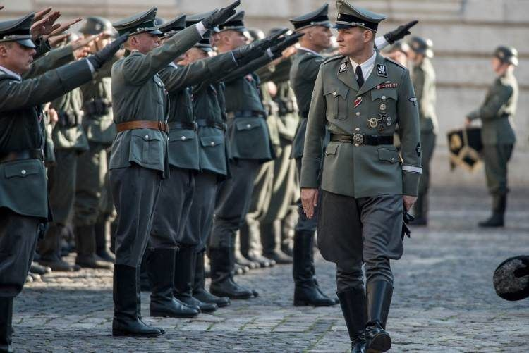 Ejército nazi saludándo