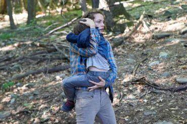 Riley Keough asustada en medio del bosque