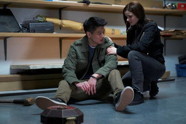 Joey King y Ki Hong Lee en una cinta de terror adolescente