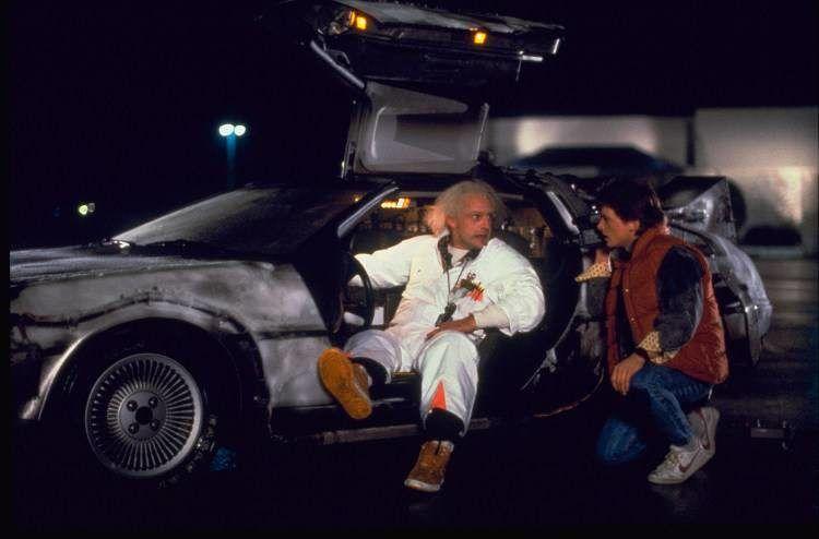 Michael J. Fox y Christopher Lloyd junto al coche que los manda directos al futuro