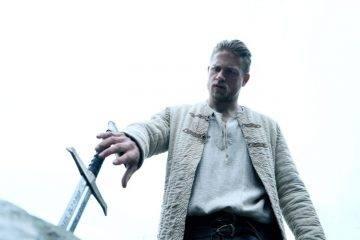 Charlie Hunnam arrancando de la piedra a Excalibur