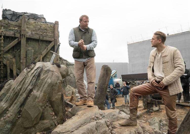 """Imagen de la película """"Rey Arturo: La leyenda de Excalibur"""":El director Guy Ritchie con el actor Charlie Hunnam."""